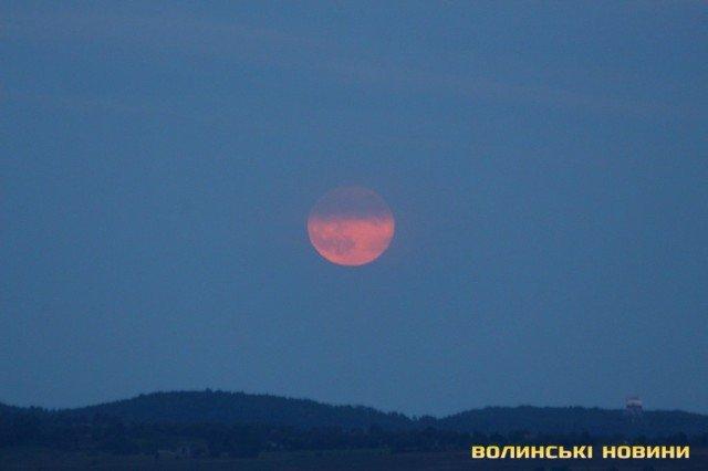 Полуничний місяць: яскраві фото незвичайного явища - фото 408790