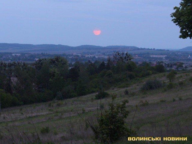 Полуничний місяць: яскраві фото незвичайного явища - фото 408791