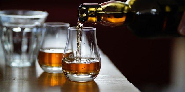 Міцний алкоголь може викликати погіршення настрою - фото 409152