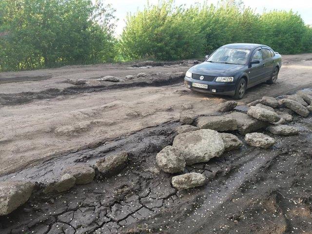 30 км потрібно долати 1,5 години: у мережі з'явилися кадри найгіршої в Україні дороги - фото 409225