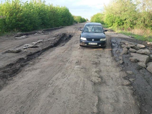 30 км потрібно долати 1,5 години: у мережі з'явилися кадри найгіршої в Україні дороги - фото 409228
