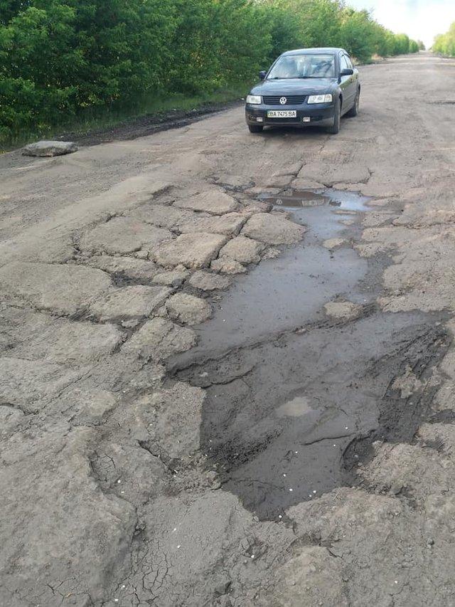 30 км потрібно долати 1,5 години: у мережі з'явилися кадри найгіршої в Україні дороги - фото 409229