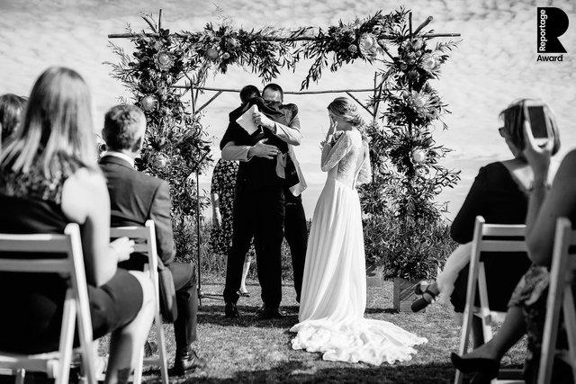 Від сліз до реготу: добірка весільних фото, які не залишать вас байдужими - фото 409272