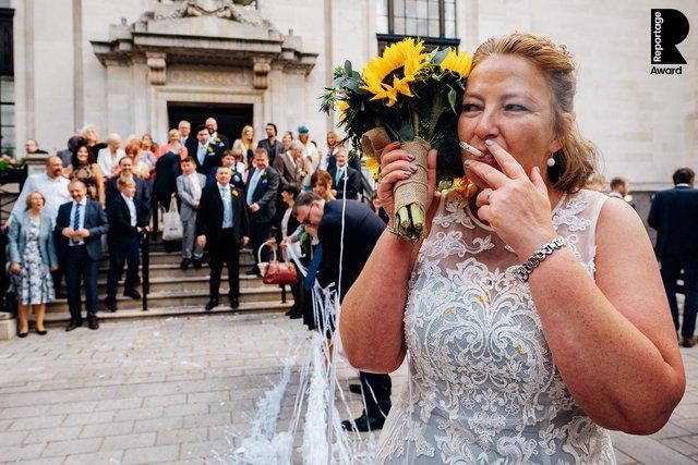 Від сліз до реготу: добірка весільних фото, які не залишать вас байдужими - фото 409285
