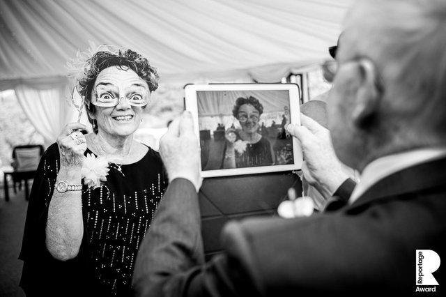Від сліз до реготу: добірка весільних фото, які не залишать вас байдужими - фото 409286