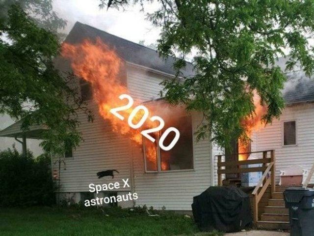Чоловік опублікував фото палаючого будинку, воно відразу стало мемом - фото 409572