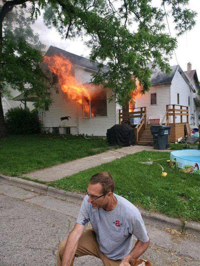 Чоловік опублікував фото палаючого будинку, воно відразу стало мемом - фото 409573