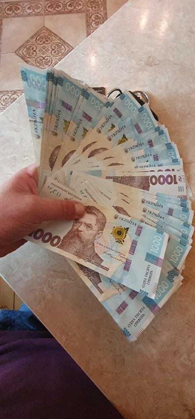 На Закарпатті банкомат видав чоловікові 40 тисяч гривень замість 4 - фото 410109
