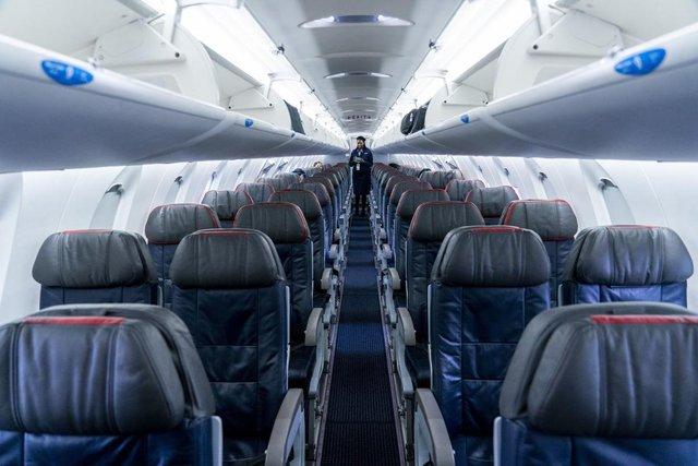 Пасажир відмовився надягнути маску на борту - фото 411117