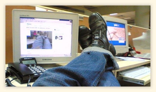 Чому дивитися смішні відео на роботі – правильно - фото 411242