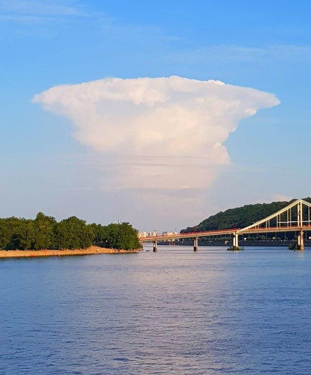 У небі над Києвом помітили хмару в формі атомного гриба - фото 411354