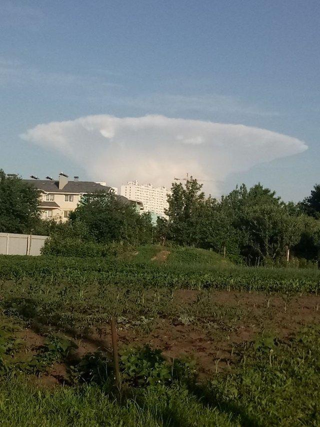 У небі над Києвом помітили хмару в формі атомного гриба - фото 411355
