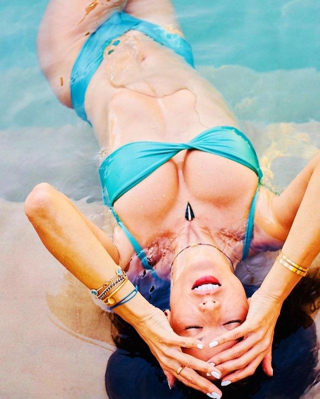 Популярна супермодель Алессандра Амбросіо знялася в сорочці на голе тіло: пікантні фото - фото 411431