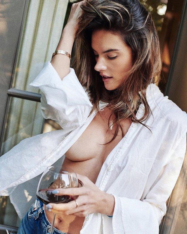 Популярна супермодель Алессандра Амбросіо знялася в сорочці на голе тіло: пікантні фото - фото 411432