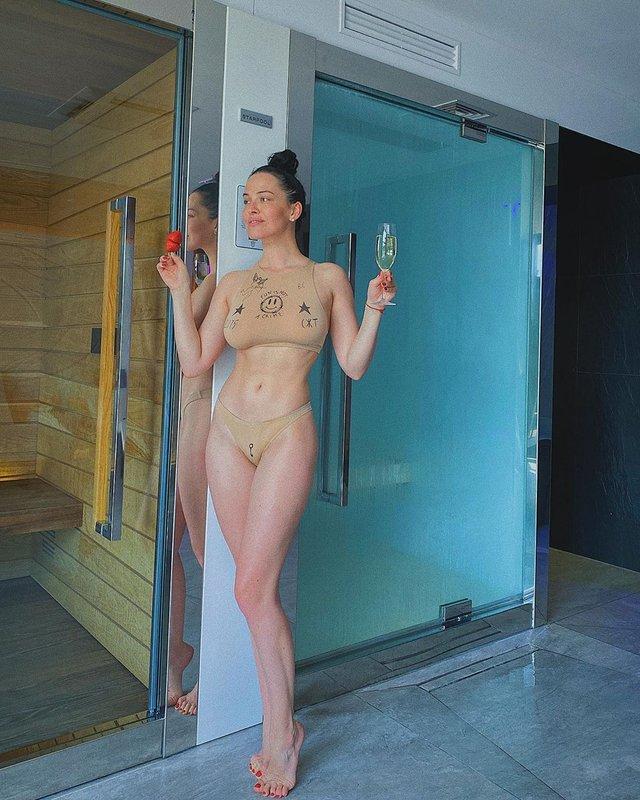 Даша Астаф'єва розбурхала мережу пікантними фото у прозорому купальнику - фото 411459