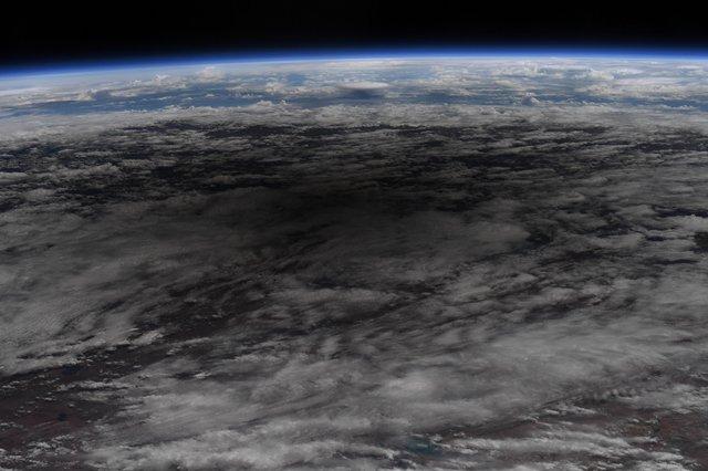 У NASA показали, як виглядає сонячне затемнення з космосу: вражаючі кадри - фото 411510
