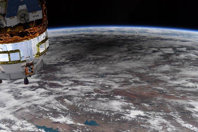 У NASA показали, як виглядає сонячне затемнення з космосу: вражаючі кадри - фото 411512
