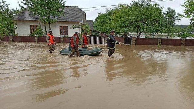 Шокуючі фото та відео негоди в Україні: як виглядають затоплені вулиці та подвір'я - фото 411709
