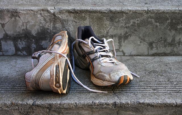 У кожного є стара пара взуття, яку шкода викидати - фото 413069