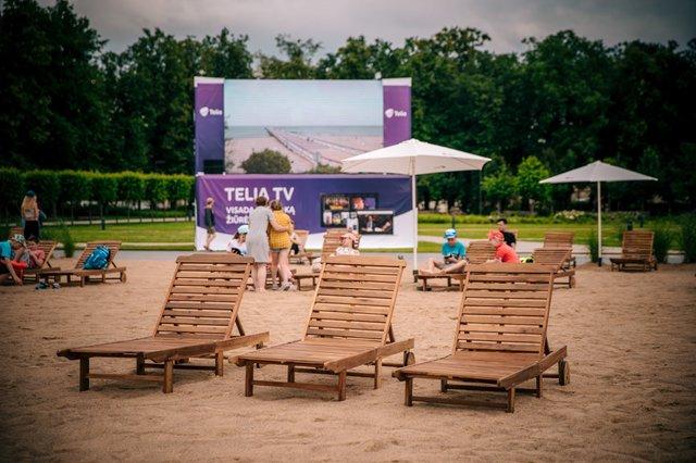 Коли на море не полетіти: у Вільнюсі посеред площі з'явився пляж - фото 413243