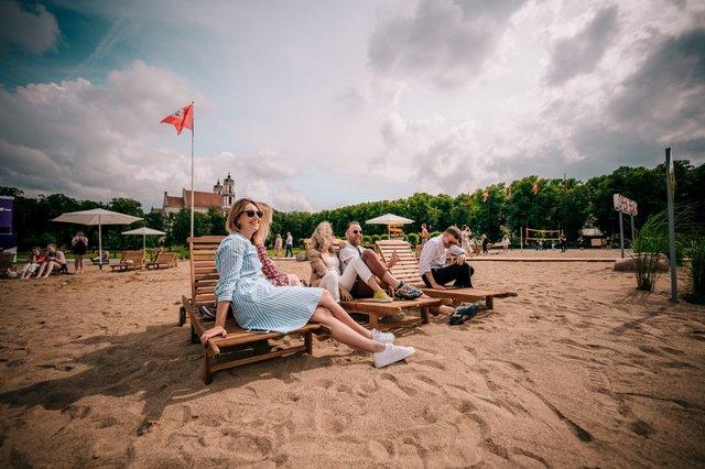 Коли на море не полетіти: у Вільнюсі посеред площі з'явився пляж - фото 413244