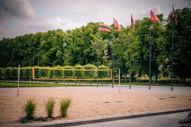 Коли на море не полетіти: у Вільнюсі посеред площі з'явився пляж - фото 413246