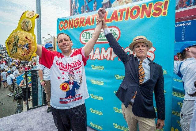 Американець з'їв 75 хот-догів і знову побив світовий рекорд - фото 414059