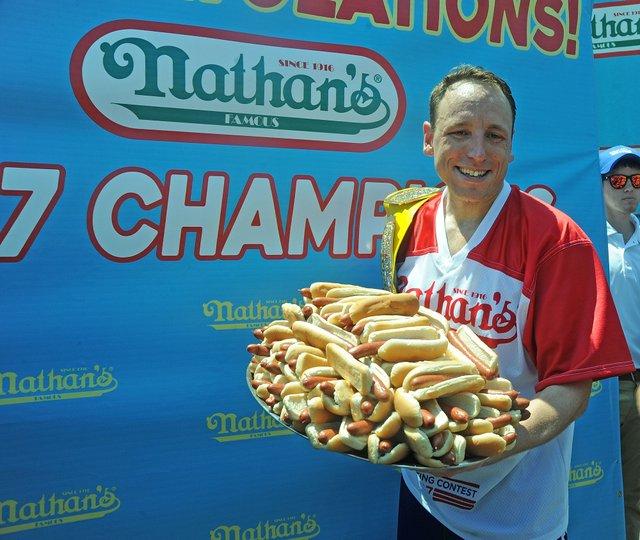 Американець з'їв 75 хот-догів і знову побив світовий рекорд - фото 414060