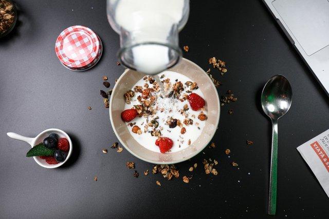 Чому йогурт не варто їсти вранці - фото 414081