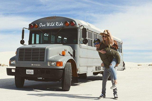 Пара із США перетворила старий шкільний автобус на атмосферний дім на колесах - фото 414232
