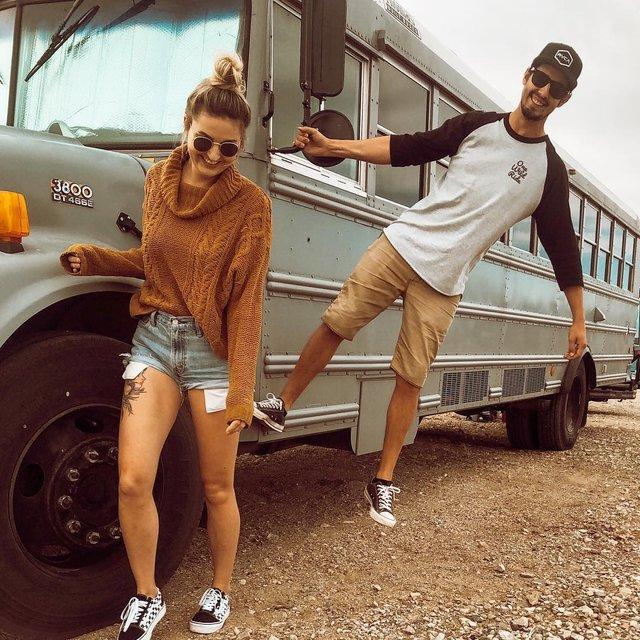 Пара із США перетворила старий шкільний автобус на атмосферний дім на колесах - фото 414233