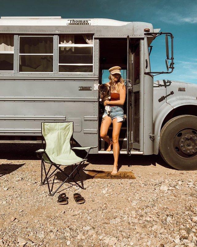 Пара із США перетворила старий шкільний автобус на атмосферний дім на колесах - фото 414234