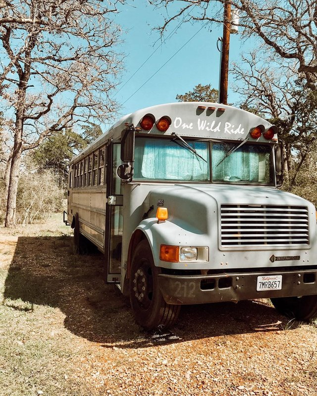Пара із США перетворила старий шкільний автобус на атмосферний дім на колесах - фото 414235