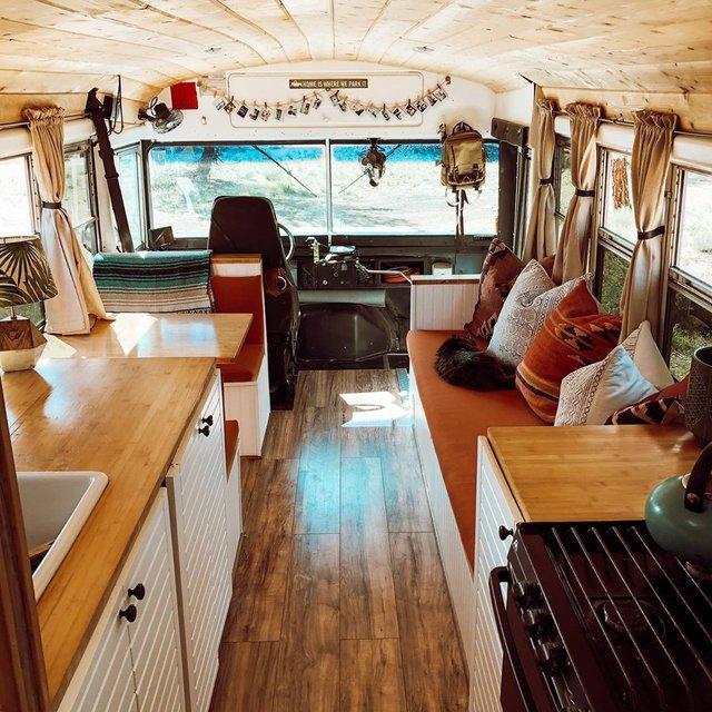 Пара із США перетворила старий шкільний автобус на атмосферний дім на колесах - фото 414238