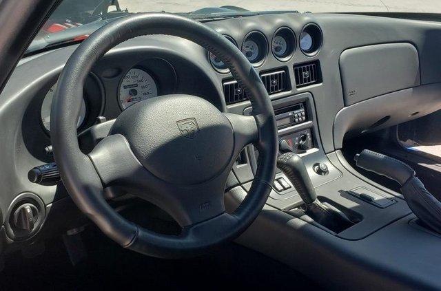 У США продають спорткар Dodge Viper 1996 року без пробігу: фото - фото 414254
