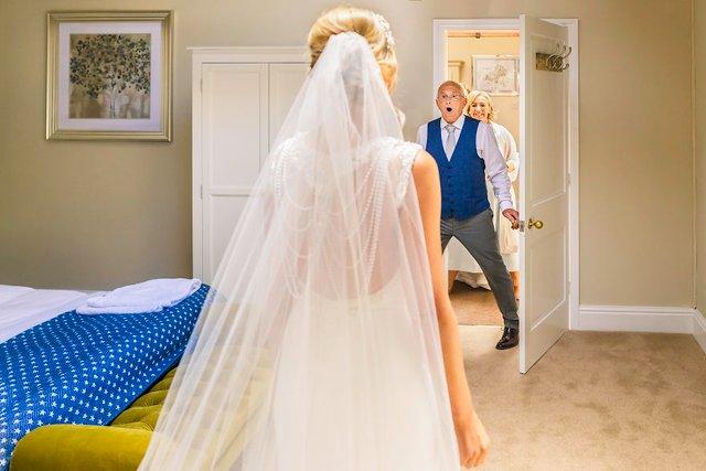Особливий момент весілля: добірка трепетних фото, як тати віддають дочок заміж - фото 414590