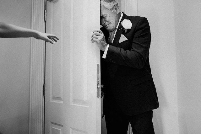 Особливий момент весілля: добірка трепетних фото, як тати віддають дочок заміж - фото 414591