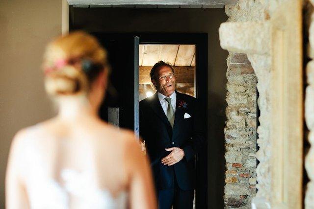 Особливий момент весілля: добірка трепетних фото, як тати віддають дочок заміж - фото 414592
