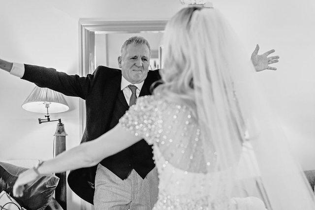 Особливий момент весілля: добірка трепетних фото, як тати віддають дочок заміж - фото 414593