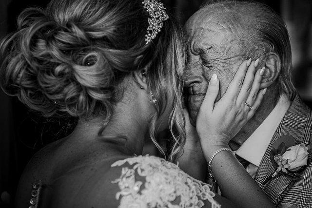 Особливий момент весілля: добірка трепетних фото, як тати віддають дочок заміж - фото 414595