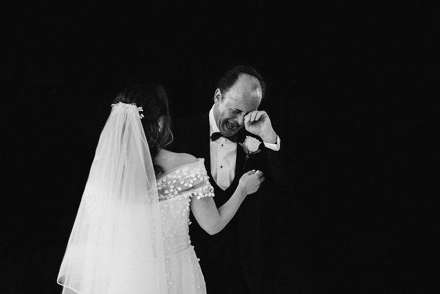 Особливий момент весілля: добірка трепетних фото, як тати віддають дочок заміж - фото 414596