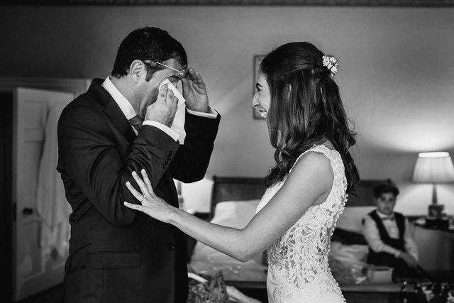 Особливий момент весілля: добірка трепетних фото, як тати віддають дочок заміж - фото 414597