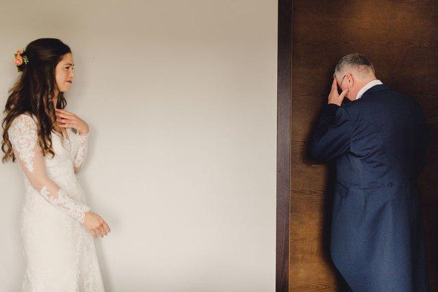 Особливий момент весілля: добірка трепетних фото, як тати віддають дочок заміж - фото 414600