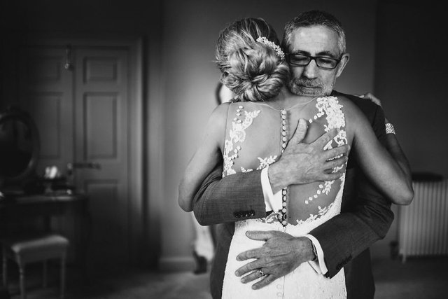 Особливий момент весілля: добірка трепетних фото, як тати віддають дочок заміж - фото 414601