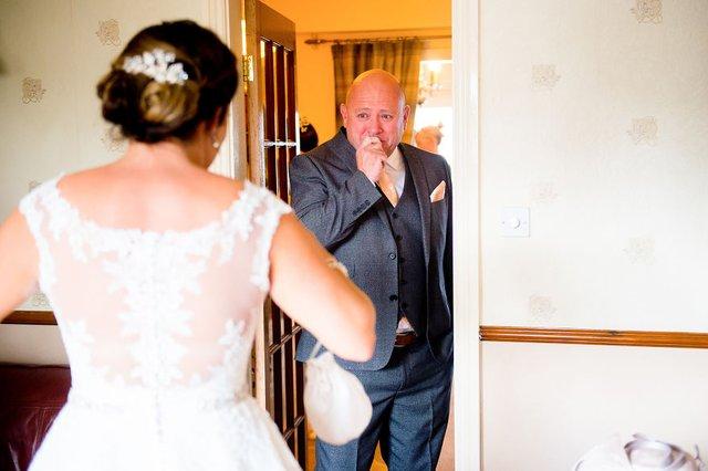 Особливий момент весілля: добірка трепетних фото, як тати віддають дочок заміж - фото 414603
