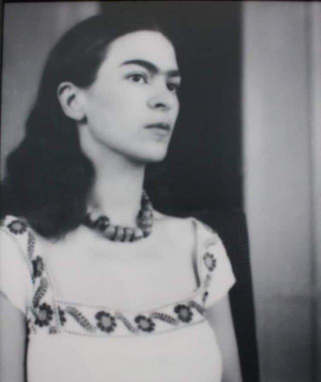 Чарівна та стильна: дивіться на фото юної Фріди Кало - фото 414694
