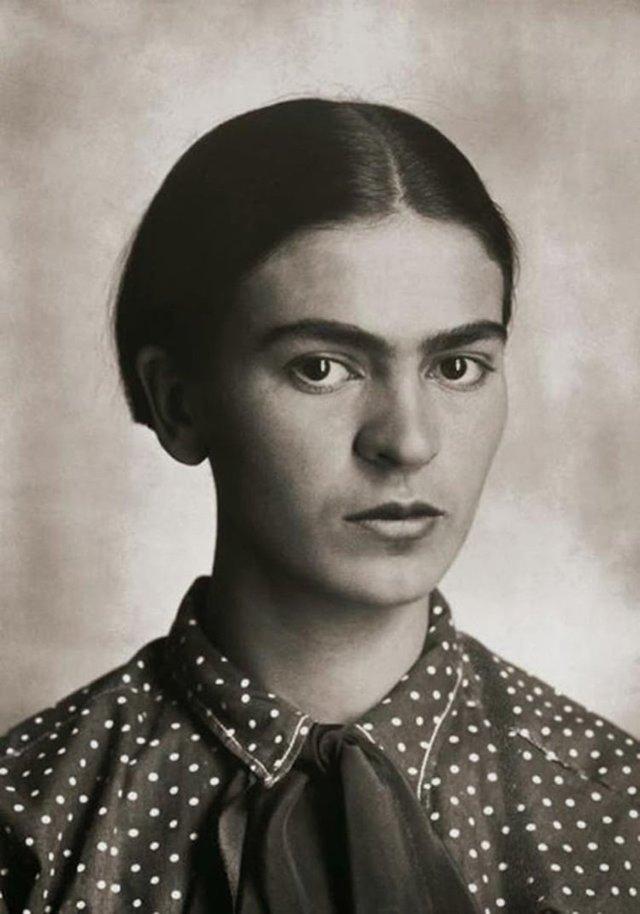 Чарівна та стильна: дивіться на фото юної Фріди Кало - фото 414699