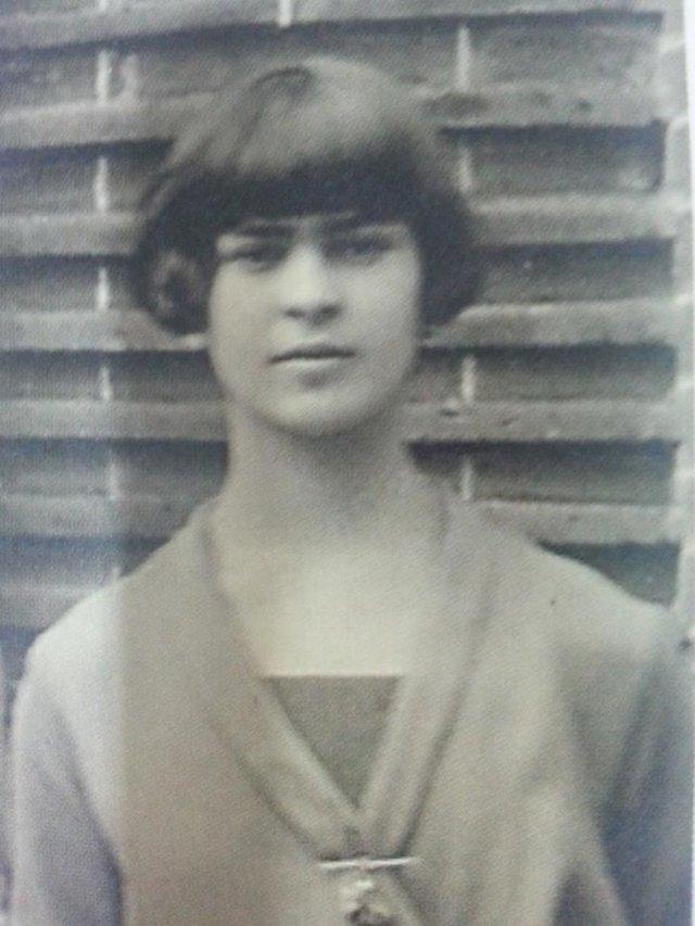Чарівна та стильна: дивіться на фото юної Фріди Кало - фото 414702