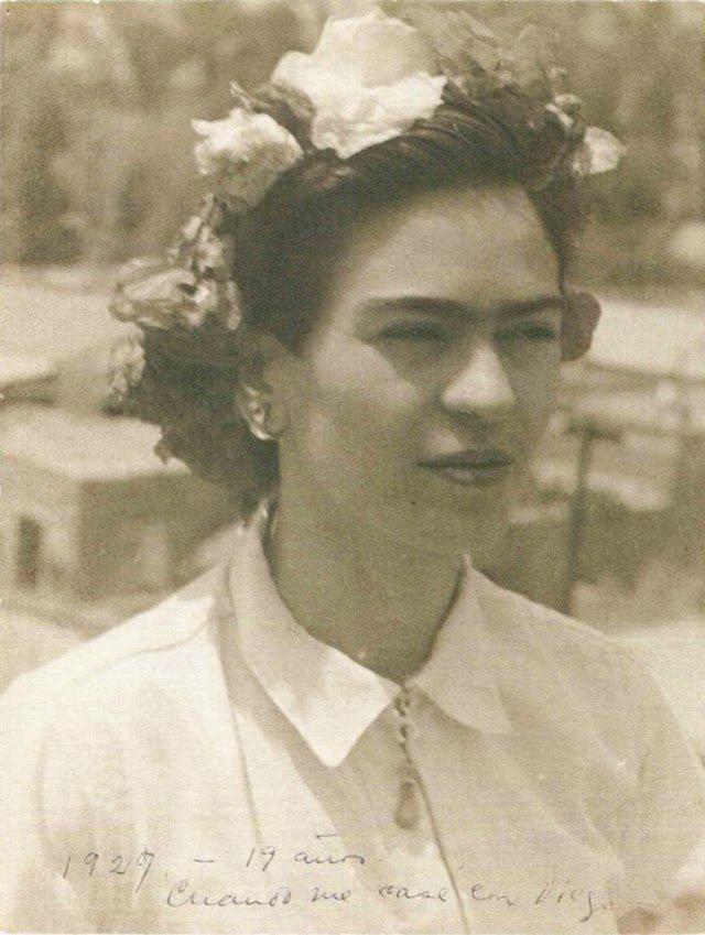 Чарівна та стильна: дивіться на фото юної Фріди Кало - фото 414704