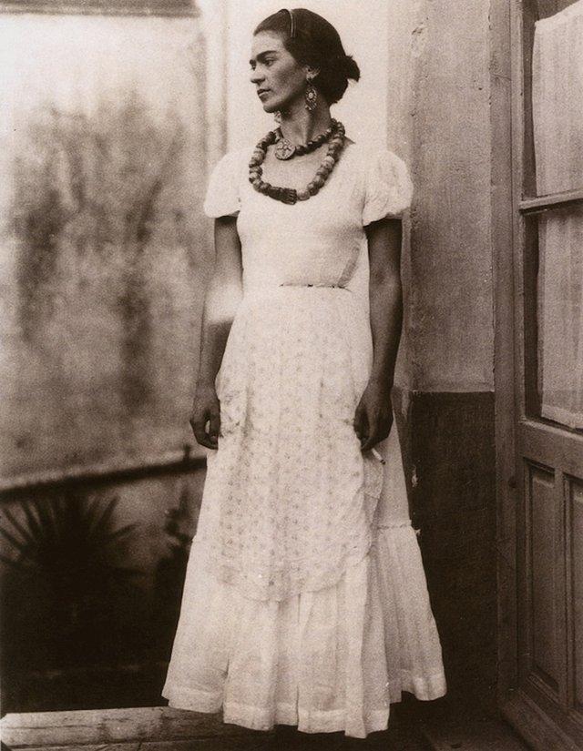 Чарівна та стильна: дивіться на фото юної Фріди Кало - фото 414705